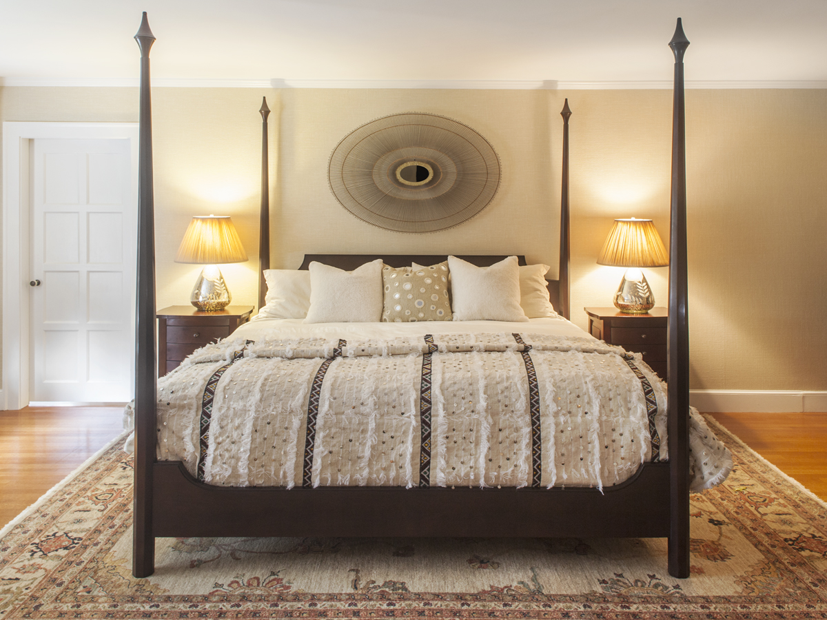 8_KMID_Queen-Bed_Round-Mirror_Area-Rug